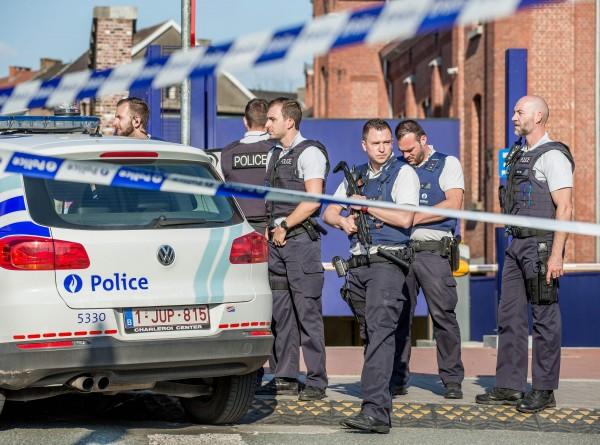 比利時西南部城市沙勒羅瓦六日發生疑似受「伊斯蘭國」感召的阿爾及利亞籍男子,持刀砍殺員警的攻擊事件,凶嫌當場被擊斃。圖為案發後警方在現場拉起封鎖線。 (歐新社)