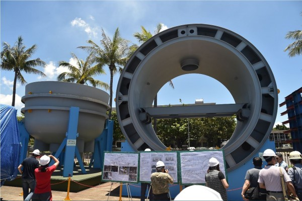 台船試做的潛艦主馬達船段(右),及潛艦艏部端板魚雷發射管(左)。(資料照,記者張忠義攝)