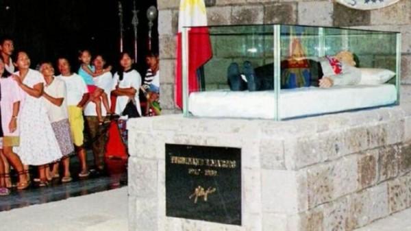 菲律賓獨裁者馬可仕的遺體現在家鄉巴塔克鎮的陵寢。(圖擷取自網路)