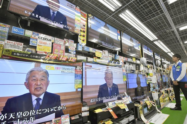日本明仁天皇透過電視錄影,向全國人民發表罕見談話。(路透)