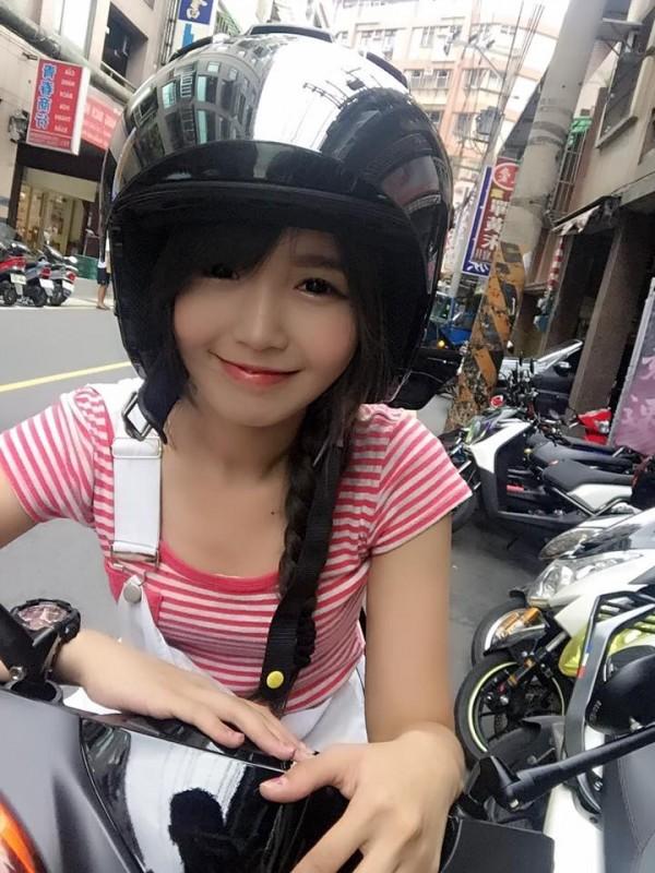 正妹在臉書發文,表示將擔任寶可夢的「專屬摩托司機」,吸引眾多網友報名。(擷取自臉書)
