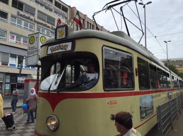 德國杜塞道夫市推出「寶可夢電車」專門行駛於各個寶可夢驛站、道館之間,要讓玩家抓好抓滿又抓得舒服。(圖擷取自推特)