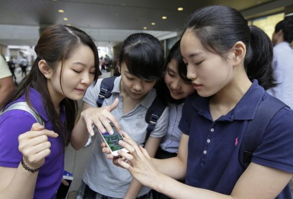 澳洲研究指出,青少年若規律地玩線上遊戲將有助學業,但耽溺於社群網站則於學業成績有礙。(資料照,歐新社)