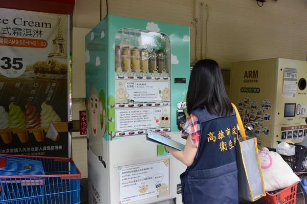 高市抽驗販賣機冷飲。(衛生局提供)