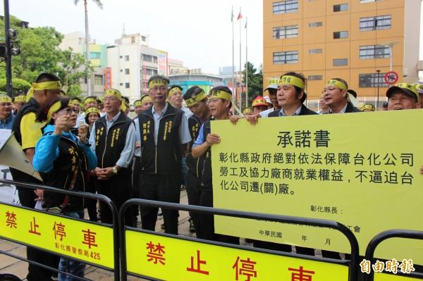 台化工會成員用大聲公表達立場,反抹黑反遷廠,捍衛工作權。(記者張聰秋攝)