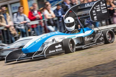 一年一度的學生方程式賽車在歐洲舉行,圖為去年冠軍荷蘭「FS台夫特隊( FS Team Delft )」今年利用達梭系統3D設計平台打造的電動賽車DUT16。(達梭提供)