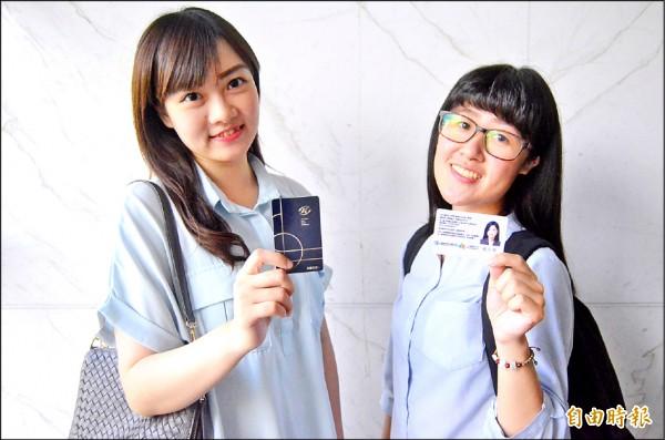 高捷推出認同卡取代月票,最低折扣有四折(學生認同卡),在限定車站間可無限次數搭乘。(記者王榮祥攝)