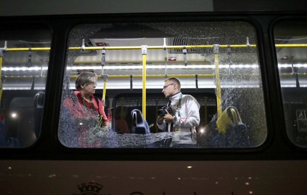 里約奧運一台載送記者的媒體巴士遭槍擊,所幸車上乘客只有被玻璃割傷,並無嚴重傷亡。(路透)