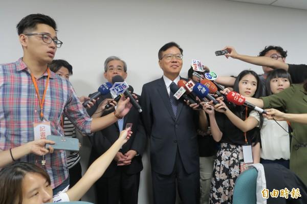 長榮航空董事長林寶水(右)與總經理陳憲弘(左)。(記者甘芝萁攝)