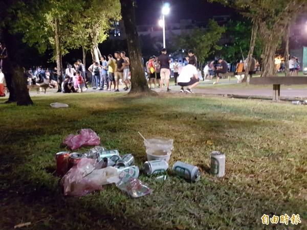 宜蘭中山公園湧入許多寶可夢玩家,但細看草坪上卻滿是垃圾、菸蒂,不禁讓人唏噓,玩家難道忘記公德心了嗎?(記者簡惠茹攝)