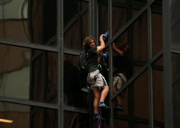 一名男子攀爬川普大樓,動用多名員警及消防。(圖擷取自ABC News)