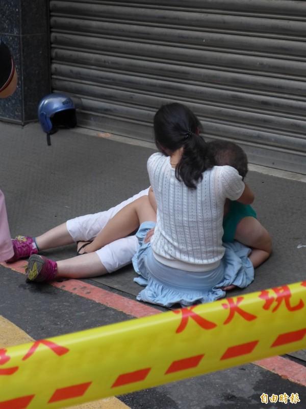 高女母親(綠衣者)哭得幾近昏厥,被家人抱住安撫。(記者王冠仁攝)