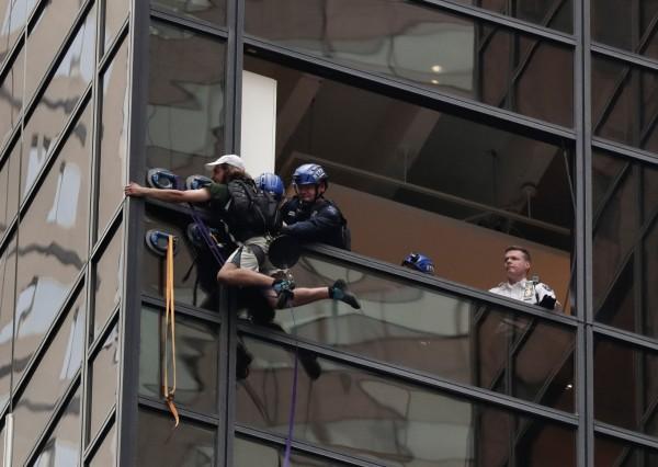 一名男子攀爬川普大樓,動用多名員警及消防。(路透)