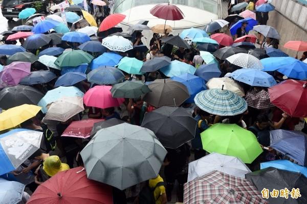 漫畫博覽會今天(11日)在台北世貿一館熱鬧登場,開幕首日大批漫迷冒雨等待進場。(記者簡榮豐攝)