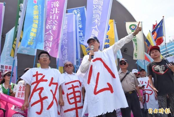 「監督年金改革行動聯盟」宣布將在9月3日軍人節舉辦大遊行。圖為之前「監督年金改革行動聯盟」上千名成員上凱道召開記者會。(資料照,記者劉信德攝)