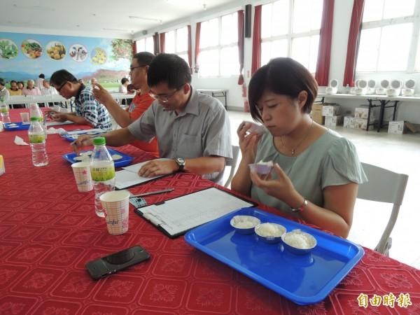 評審們細細品嚐參賽的米飯。(記者周敏鴻攝)