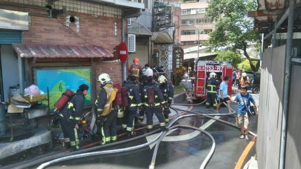 消防拉水線救援。(記者黃捷翻攝)