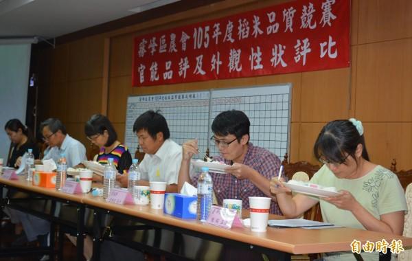 霧峰區農會今天舉行「霧峰區稻米品質競賽」,評審仔細品嚐,讓會場瀰漫香米的香味。(記者陳建志攝)