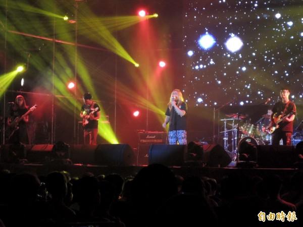 茶之魔手公益演唱會今晚在台南登場,多組知名樂團與歌手輪番上台獻唱。(記者王俊忠攝)