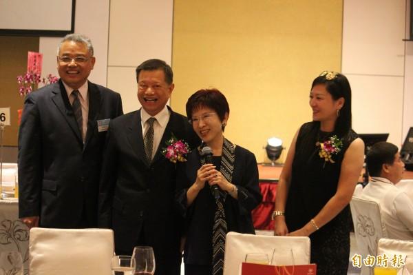 國民黨主席洪秀柱(中)今天出席工商建研會第32期首屆會長陳怡璇(右)跟第2屆會長林耕仁(左)交接典禮。(記者黃美珠攝)