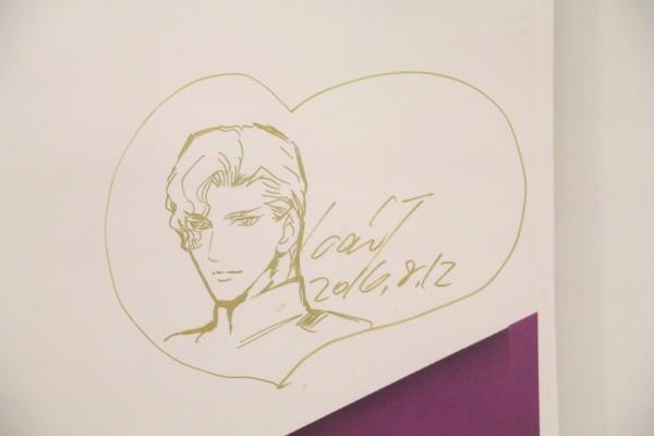 首度來台舉辦簽名會的日本女性漫畫家劍解,簽名會結束後在舞台後方留下了親筆繪製的角色作為本次海外首簽會的紀念。(台灣東販提供)