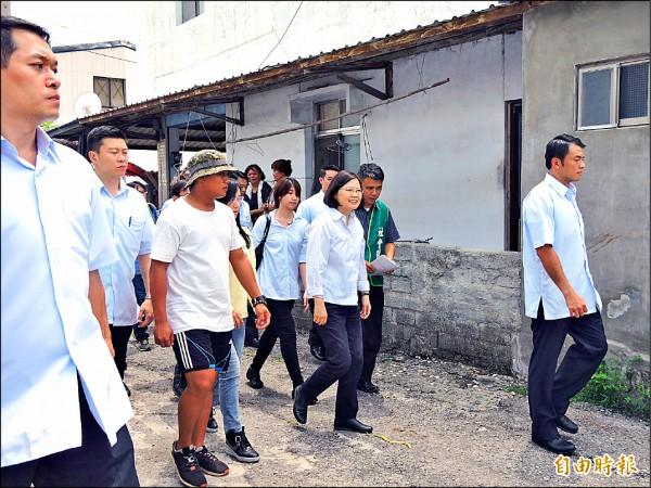 蔡英文拜訪台灣基督教長老教會修繕志工團。(記者張存薇攝)