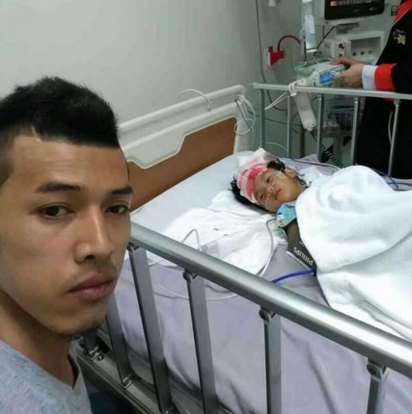 泰國一名父親與女兒玩遊戲時,不甚害女兒額頭被扇葉刮破。圖為父親與女兒照片。(圖擷取自Mirror)