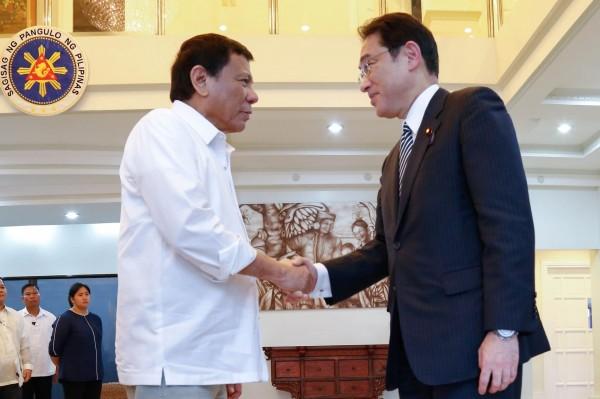 菲國總統杜特蒂(左)與日本外務大臣岸田文雄(右)11日晚上會面,討論日本移交2艘大型海巡艦一事。(法新社)