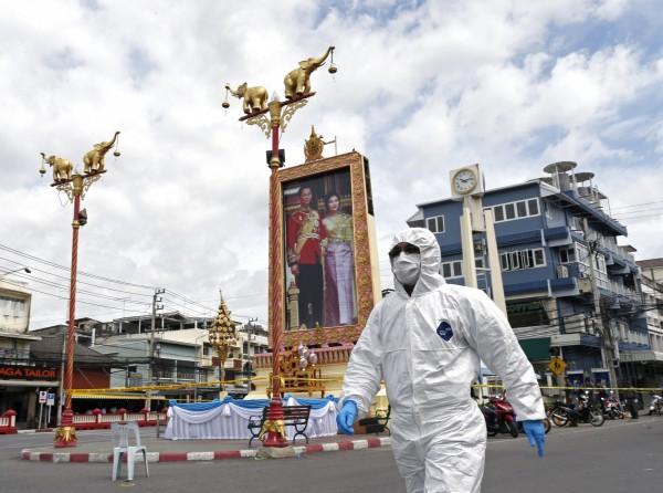 圖中背景為華欣市的鐘樓,鐘樓上的人像為泰王蒲美蓬(Bhumibol Adulyadej)及其王后詩麗吉。(歐新社)