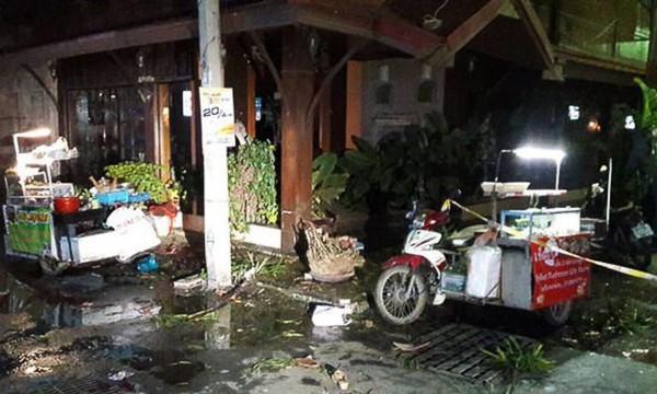 華欣11日晚上發生雙炸彈攻擊,炸彈被藏在街道上酒吧外的花盆中,並在半小時內接連被引爆。(圖片擷取自衛報)