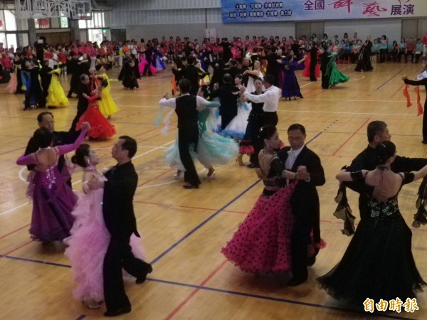 國際標準舞表演華麗動人。(記者盧賢秀攝)