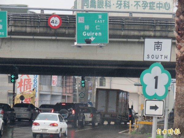 中山高台南路段發生車禍意外,導致附近的聯外道路也出現交通回堵。(記者林孟婷攝)
