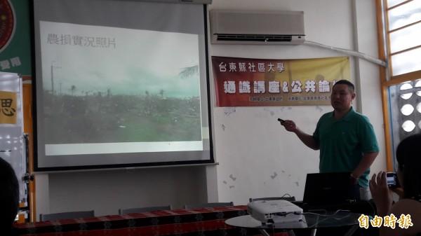 青年農民張簡裕峰說明釋迦農損及因應之道。(記者黃明堂攝)