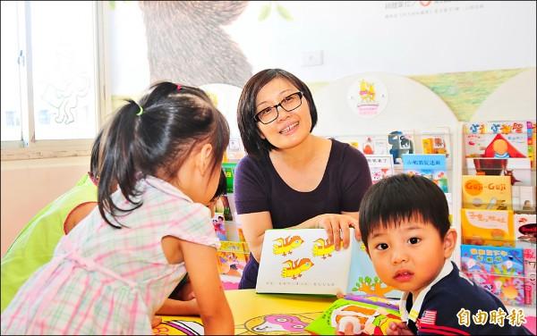 陳麗雲醫師推廣兒童閱讀不遺餘力,暑假與花蓮縣文化局合作推小小讀書館的「奉書」活動。(記者花孟璟攝)