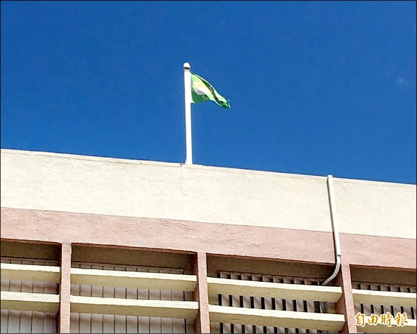 石牌國小昨天升起全市第一支空氣品質旗,是支綠旗,代表空氣中的懸浮微粒還在容許範圍。(記者郭逸攝)