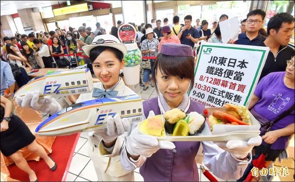 JR東日本鐵路便當選擇在台北車站開設全球第二間短期店舖,並在12日開賣包括造型搶眼、限量50份的E7新幹線便當,吸引大批鐵道迷排隊搶購。(記者劉信德攝)