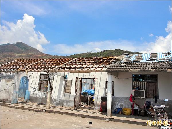 尼伯特颱風重創台東,香蘭村許多屋頂被掀飛。(資料照,記者王秀亭攝)