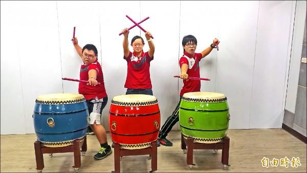 「唐寶寶」李孟軒(左起)、張簡珮廷、黃建彰發揮打擊樂器才能,幫助更多弱勢者。(記者洪定宏攝)