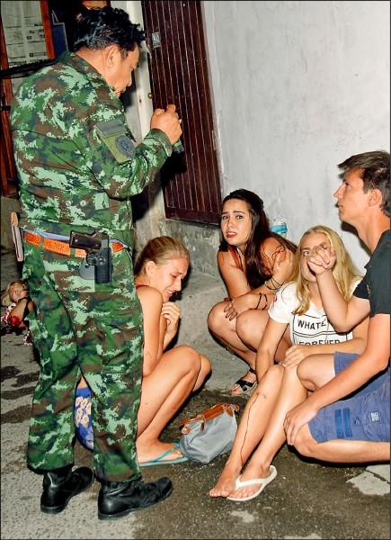 泰國觀光勝地華欣廿四小時內發生多起爆炸案。外國遊客飽受驚嚇,一名女性受傷流血。(歐新社)