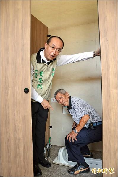 市議員黃景熙(左)認為公廁蹲式馬桶太多,讓老人家很不方便。(記者謝武雄攝)
