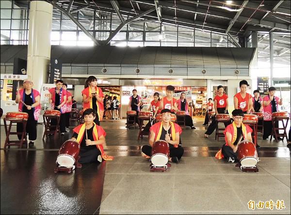 朝興啟能中心學員們與民間鼓樂團體一同演出,驚豔高鐵台南站。(記者林孟婷攝)