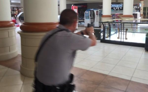 美國北卡州克雷布特里谷購物中心(Crabtree Valley Mall)驚傳槍響,所幸無人受傷。圖為警方在現場搜索。(圖擷自推特)