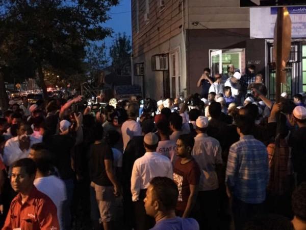 美國紐約皇后區一座清真寺附近驚傳槍擊,2名穆斯林中彈身亡。民眾質疑宗教仇恨犯案,聚集抗議。(圖擷自《Eyewitness News》)