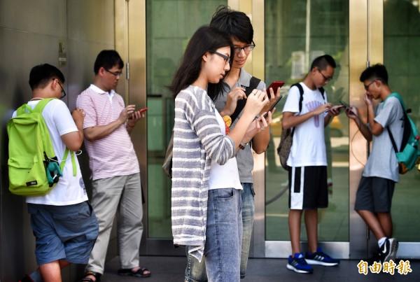 手機遊戲Pokemon Go在台灣推出至今,引起一片熱潮,大家抓寶可夢抓得不亦樂乎。(記者羅沛德攝)