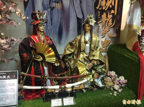 日本身分的戲偶充滿東洋味。(記者鄭旭凱攝)