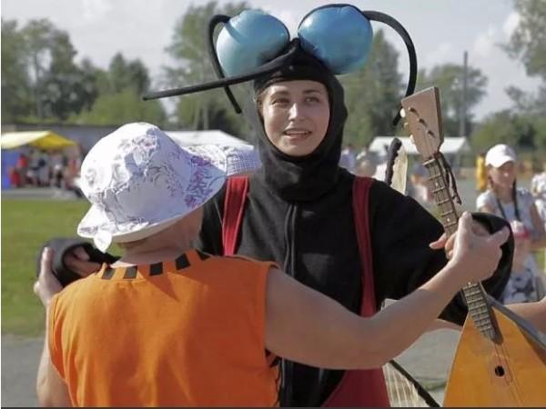 俄羅斯東部別茲尼基市日前舉辦「蚊子慶祝節」。 (圖擷取自網路)
