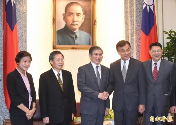 謝文定(左二)、林錦芳(左一)。(資料照,記者劉信德攝)