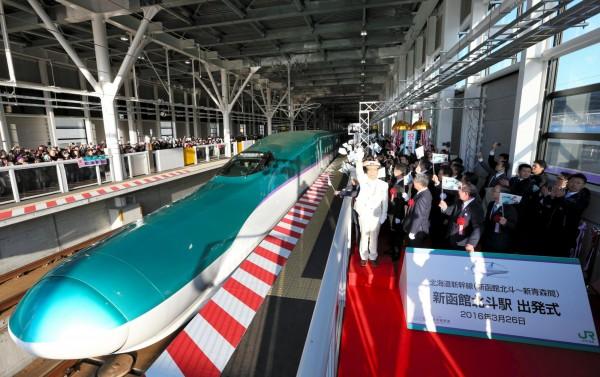 日本北海道新幹線在3月26日通車,東京到北海道新函館北斗站,最快只需4小時又2分鐘,比搭飛機只慢1小時左右。日本政府希望,隨著北海道新幹線通車,可以為北海道帶來更多觀光客。(資料照,路透)