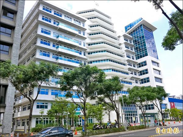 淡水義山郵局搬家到淡水區市民聯合服務中心一樓,同時更名為崁頂郵局。(記者李雅雯攝)