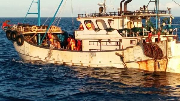 中國籍閩龍漁66640號漁船外觀上與我國漁船無異,若未發現船名,可能就會被蒙混過關。(記者吳昇儒翻攝)